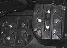 Металлические зубчатые упоры на подножках водителя и пассажира